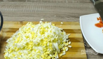 Салат с крабовыми палочками и яйцами - фото шаг 1