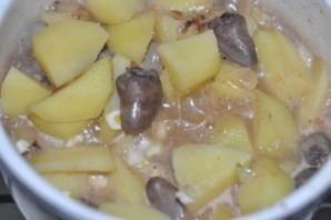 Куриные сердечки в горшочках с картошкой и чесноком - фото шаг 5