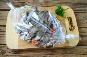 Плотва, запеченная в рукаве с овощами - фото шаг 3