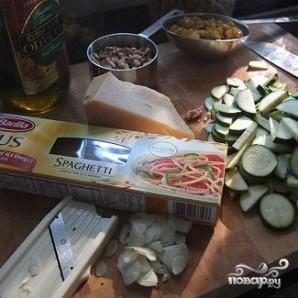 Спагетти с цуккини, грецкими орехами и изюмом - фото шаг 1