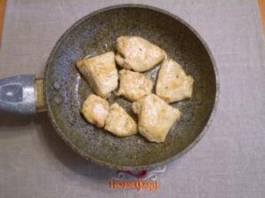Куриная грудка кусочками на сковороде - фото шаг 6