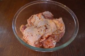 Куриные бедра с яблоком и изюмом - фото шаг 4