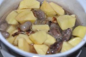Куриные сердечки в горшочках с картошкой и чесноком - фото шаг 4