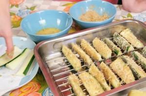 Хрустящие палочки-цукини в сырной панировке - фото шаг 4