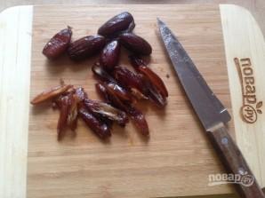 Салат из рукколы, лука и фиников - фото шаг 3
