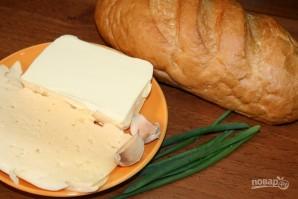 Запеченный батон с сыром и чесноком - фото шаг 1