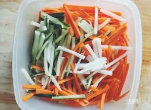 Салат с дайконом, огурцом и морковью - фото шаг 2