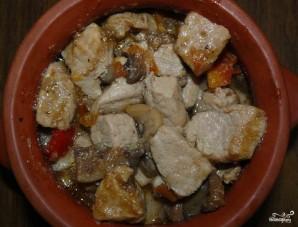 Свинина с фасолью в горшочках - фото шаг 15