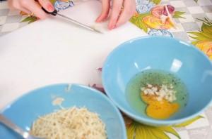 Хрустящие палочки-цукини в сырной панировке - фото шаг 2