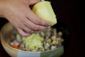 Салат с маринованными грибами - фото шаг 3