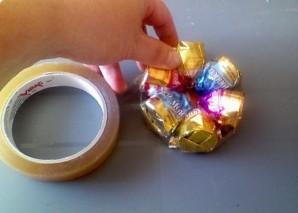 Коляска из конфет - фото шаг 5