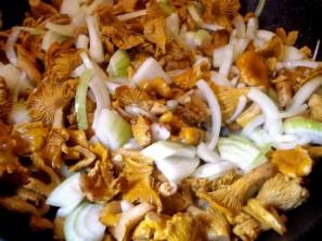 Салат с лисичками и картофелем - фото шаг 1