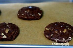Шоколадное печенье с карамелью и орехами - фото шаг 4