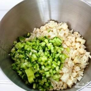 Салат из цветной капусты с помидорами и огурцами - фото шаг 2