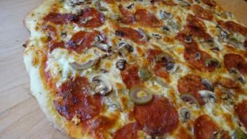 Пицца с колбасой и грибами - фото шаг 5