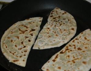 Кутабы с сыром и зеленью - фото шаг 7