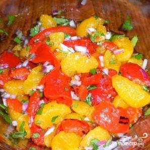 Куриные грудки с салатом из мандаринов, перца и лука - фото шаг 1