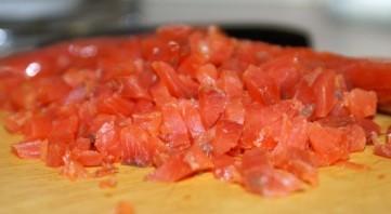 Салат с соленой красной рыбой - фото шаг 2