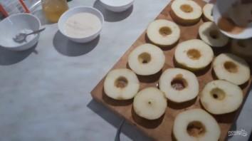 Яблоки в медовом кляре - фото шаг 1