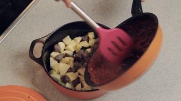 Говядина с картошкой в казане - фото шаг 8