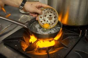"""Яйца """"Бенедикт"""" под соусом - фото шаг 8"""