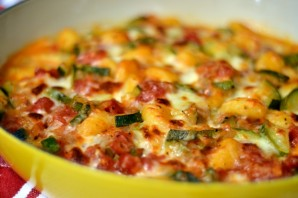 Кабачки, запеченные в духовке с овощами - фото шаг 4