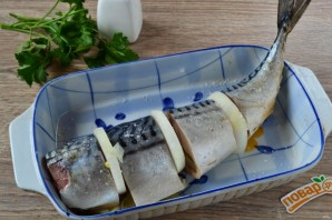 Запеченная скумбрия с луком и лимоном - фото шаг 5