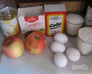 Шарлотка с яблоками классическая - фото шаг 1