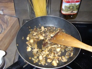 Карбонара с грибами и беконом - фото шаг 3