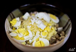 Салат с грибами и крабовыми палочками - фото шаг 4