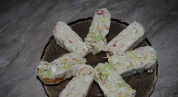 Лаваш с крабовыми палочками и плавленым сыром - фото шаг 4