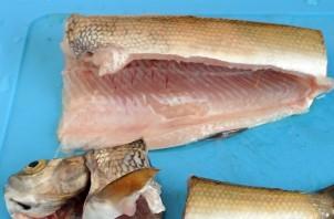 Рыба жареная с луком - фото шаг 3