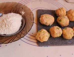 Картофельные биточки с сардельками - фото шаг 3