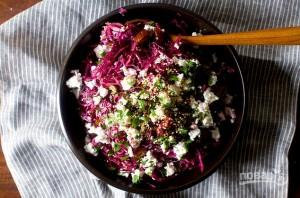 Салат с красной капустой, финиками и фетой - фото шаг 4