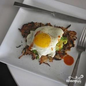 Картофельные оладьи с яйцом и авокадо - фото шаг 6