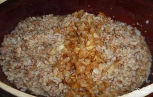 Гречка с тушенкой на сковороде - фото шаг 4