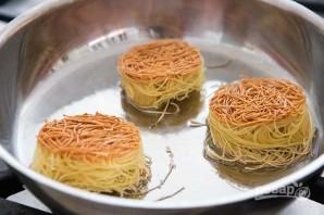 Гнезда из макарон на сковороде - фото шаг 2