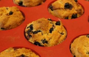 Кексы со смородиной на кефире - фото шаг 5