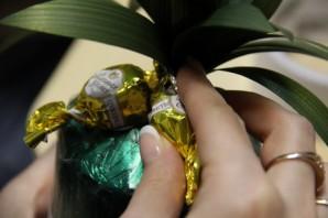 Ананас из конфет - фото шаг 8
