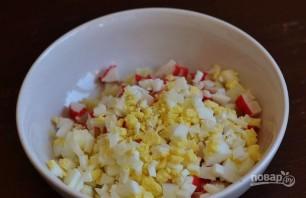 Салат с крабовыми палочками, яйцом и майонезом - фото шаг 3