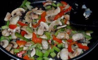 Курица кусочками с овощами в духовке - фото шаг 2
