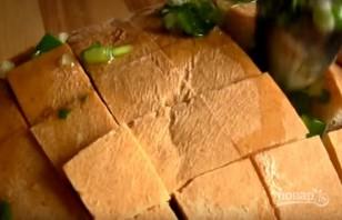 Хлеб, запеченный с сыром и чесноком - фото шаг 4
