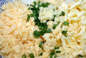 Запеченный батон с сыром и чесноком - фото шаг 3