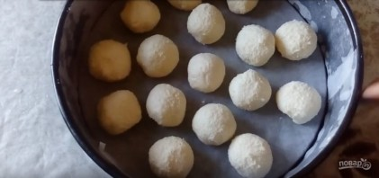 Рецепт шоколадного пирога с творожными шариками - фото шаг 4