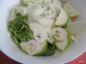 Салат по-корейски из капусты с редисом и кабачком  - фото шаг 5