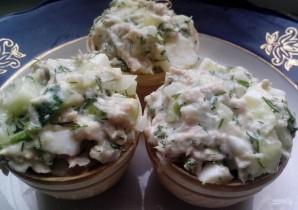 Салат с тунцом в тарталетках - фото шаг 7