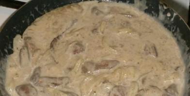Бефстроганов из печени со сметаной - фото шаг 5