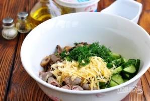 Салат из куриных сердечек с грибами и сыром - фото шаг 5