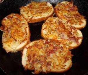 Бутерброды с колбасой на сковороде - фото шаг 4