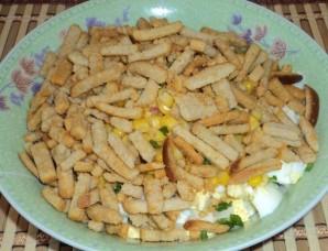 Салат с сухариками и колбасой - фото шаг 4